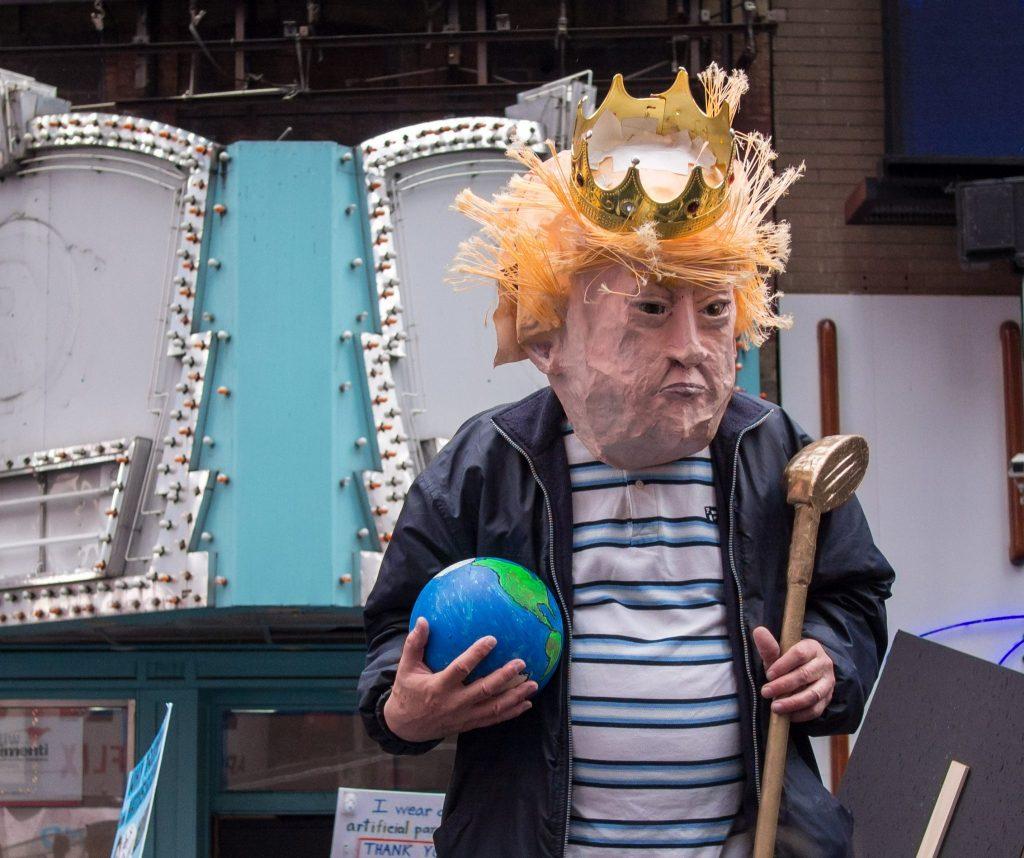 Mann mit Donald Trump-Maske